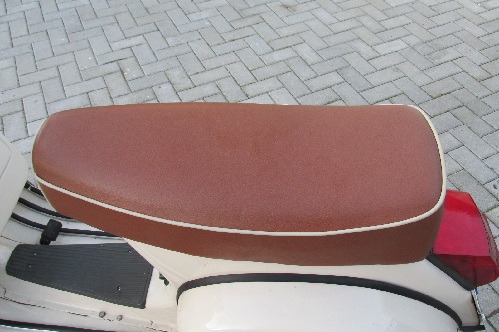 Sitzbank neu bezogen mit Kedernaht in Rahmenfarbe - Vespa