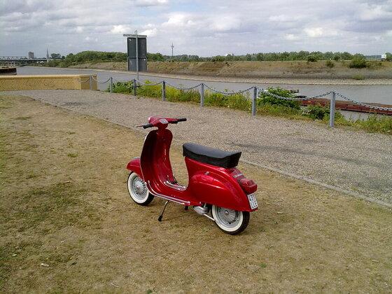 Lady in Red - Vespa 50 N special von 1981