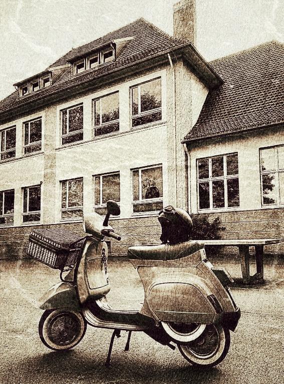 """Picknick mit meiner ersten Vespa, 41 Jahre nach meinem Schulabschluß an meiner alten Schule im """"Retro Style""""......"""