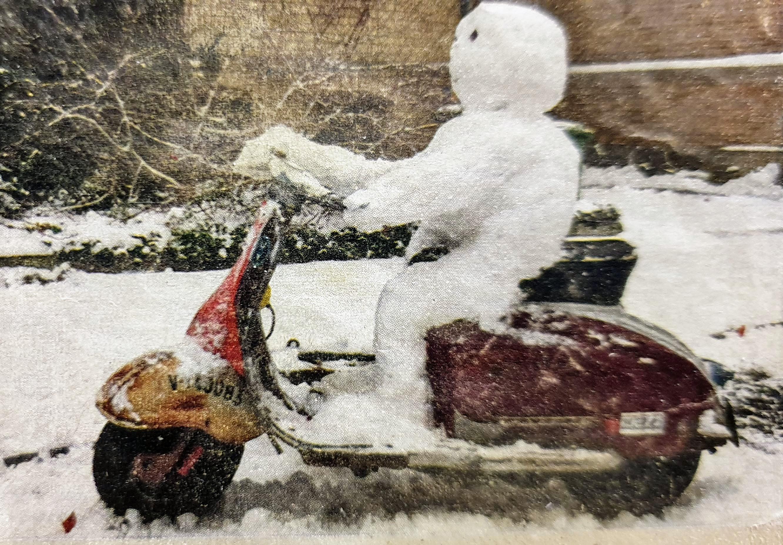 Schneemann auf Vespa